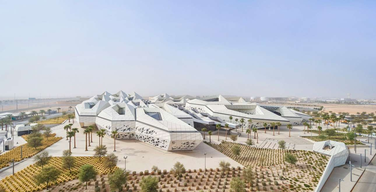 Το Κέντρο Μελετών και Ερευνών Πετρελαίου του Βασιλιά Αμπντουλάχ (KAPSARC) στο Ριάντ της Σαουδικής Αραβίας, ένα αρχιτεκτονικό διαμάντι αφιερωμένο στην εφαρμογή πολιτικών για το κόστος της ενέργειας και τις περιβαλλοντολογικές επιπτώσεις