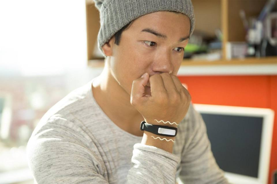 Μία συσκευή που σε βοηθάει να κόψεις τις κακές συνήθειες. Το έξυπνο βραχιόλι HabitAware δονείται κάθε φορά που εντοπίζει επαναλαμβανόμενες κινήσεις, όπως τράβηγμα μαλλιών, σκάλισμα δέρματος και φάγωμα νυχιών