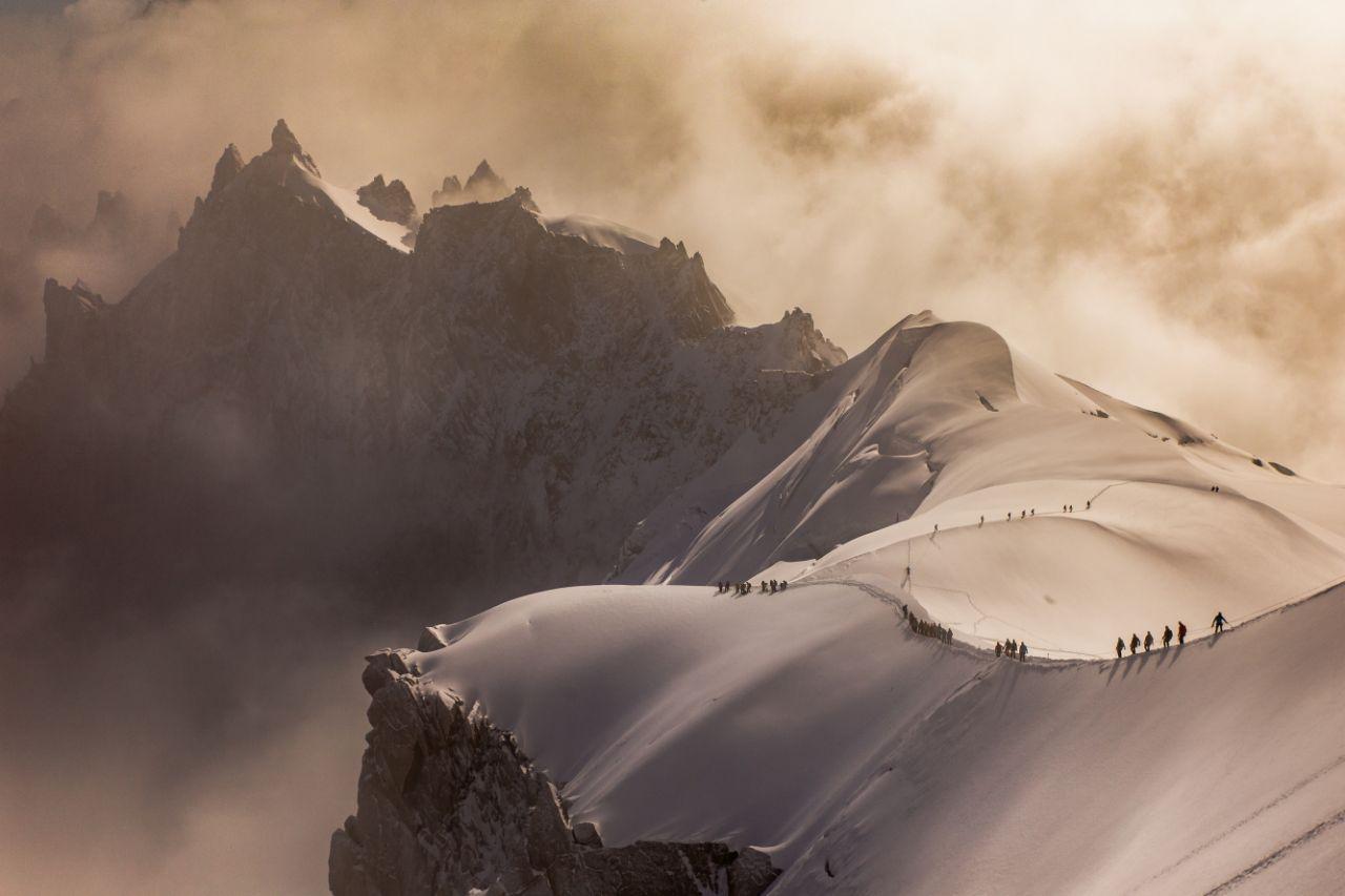 Βραβείο στην κατηγορία 17 ετών και άνω. Ο Νταν Μάθιουμαν φωτογράφισε τους ορειβάτες στις χιονισμένες γαλλικές Αλπεις