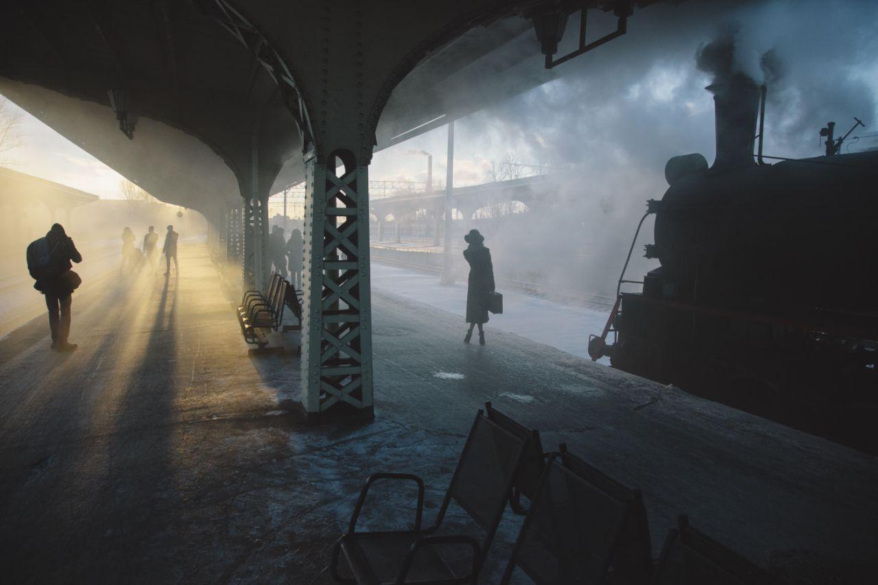 Ο Νικολάι Σεγκόλεφ αιχμαλώτισε την ωραιότερη στιγμή της ημέρας, τον ήλιο να ανατέλλει ανάμεσα από τα κτίρια σε σιδηροδρομικό σταθμό