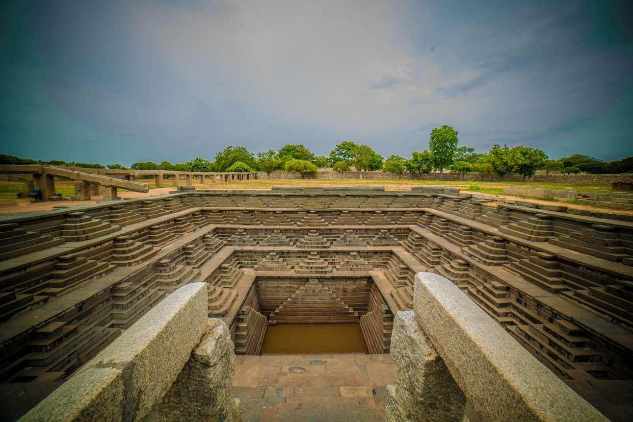 Το Μνημείο Παγκόσμιας Κληρονομιάς της UNESCO και ένα αρχιτεκτονικό θαύμα του κόσμου, τα βασιλικά λουτρά Χάμπι στην Ινδία
