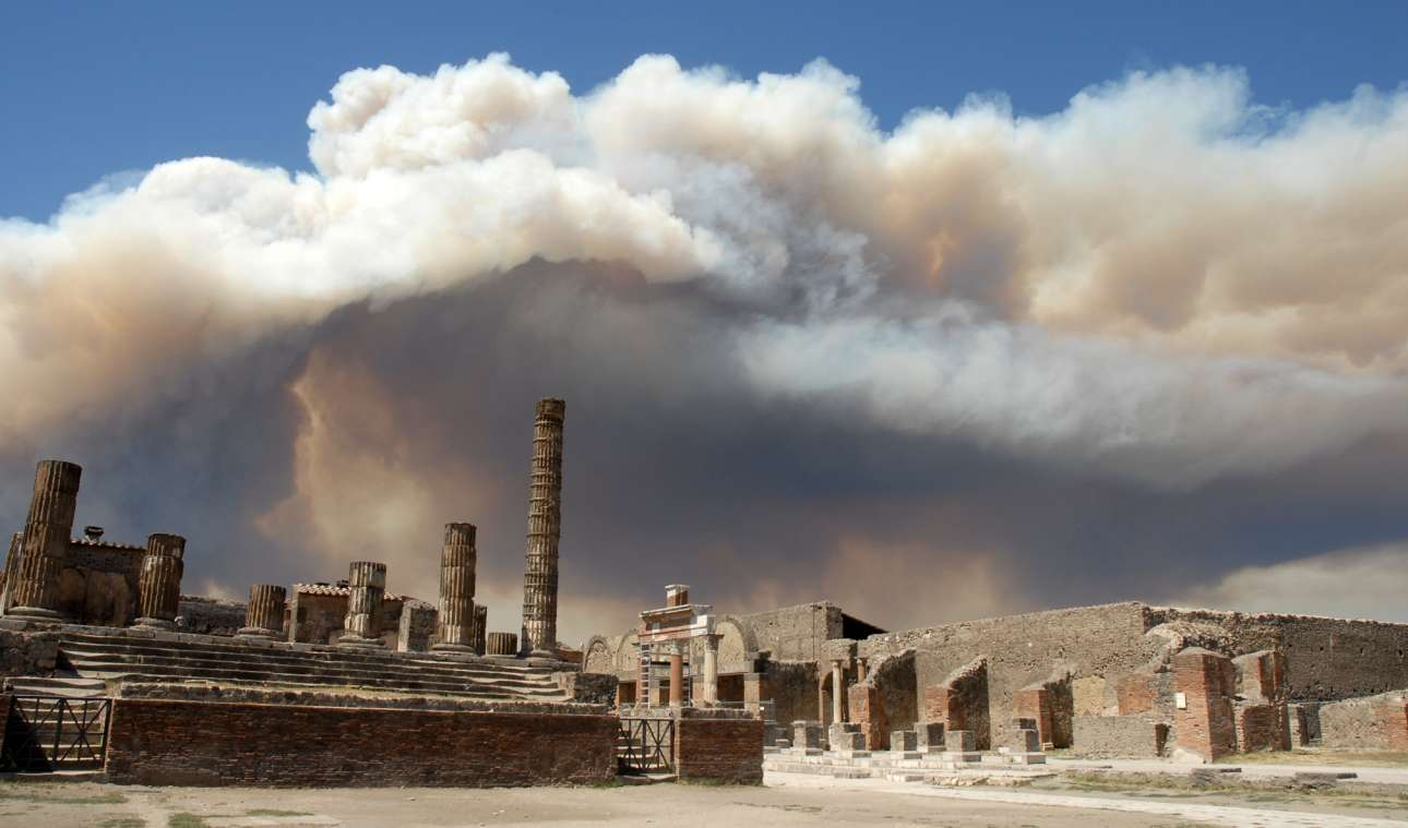 Πυκνά σύννεφα καπνού που έρχονται από τον Βεζούβιο, σκεπάζουν τα ερείπια της Πομπηίας στην Ιταλία