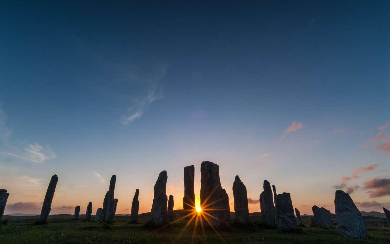 Βραβείο στην κατηγορία Αρχαία Ιστορία. Ο φωτογράφος αποτύπωσε τη μαγική στιγμή που ο ήλιος δύει πίσω από το μεγαλιθικό μνημείο Callanish, στη Νήσο Λιούις στην Σκωτία
