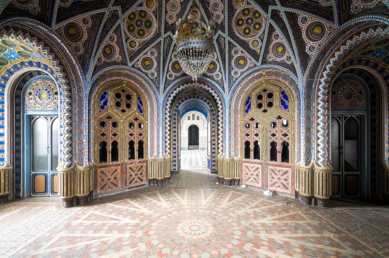 Το Κάστρο του Σαμετζάνο στην Ιταλία. Ενα εκπληκτικό κτίριο που ξεχωρίζει για την εξωτική του διακόσμηση, χτισμένο στις αρχές του 1600 κοντά στην Φλωρεντία. Μετά τον 2ο Παγκόσμιο Πόλεμο λειτούργησε ως ξενοδοχείο πολυτελείας, σήμερα όμως στέκει έρημο και βανδαλισμένο περιμένοντας να ανακαινιστεί...