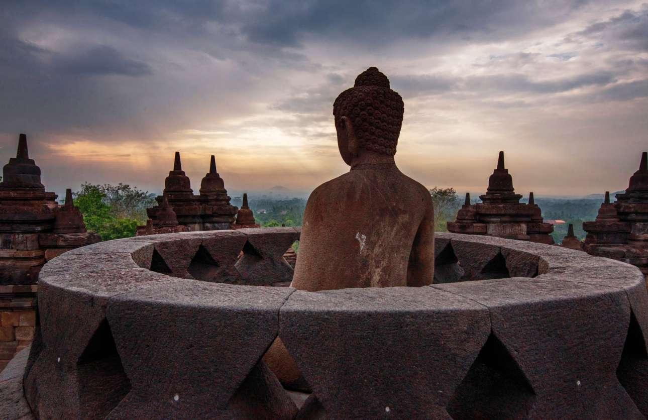 Ο Βούδας του Μπορομπουντούρ, το μεγαλύτερο βουδιστικό μνημείο της Γης, στην Ιάβα της Ινδονησίας