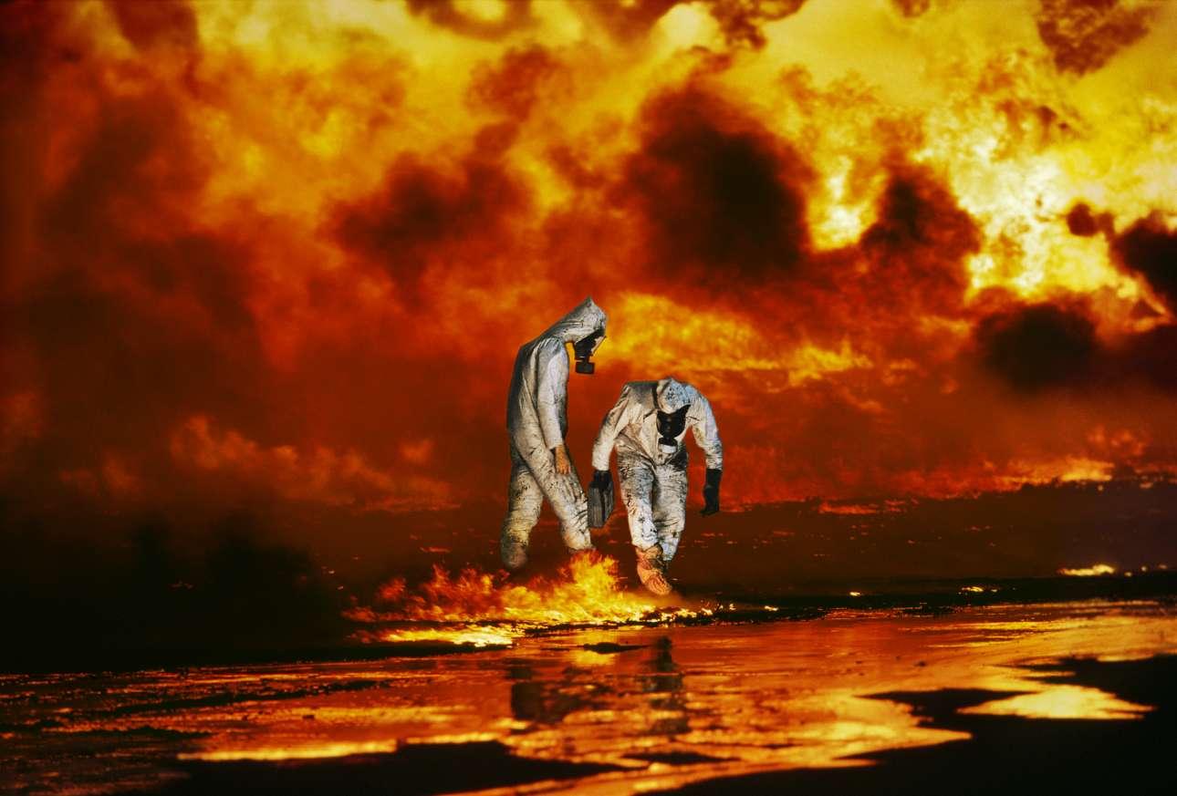 Πετρελαιοπηγές στο Αχμάντι του Κουβέιτ, 1991: oι περιβαλλοντολόγοι Ρικ Θόρπ και Μάικλ Μπέιλι της οργάνωσης Earthtrust εξετάζουν μία περιοχή όπου το έδαφος έχει καλυφθεί από πετρέλαιο