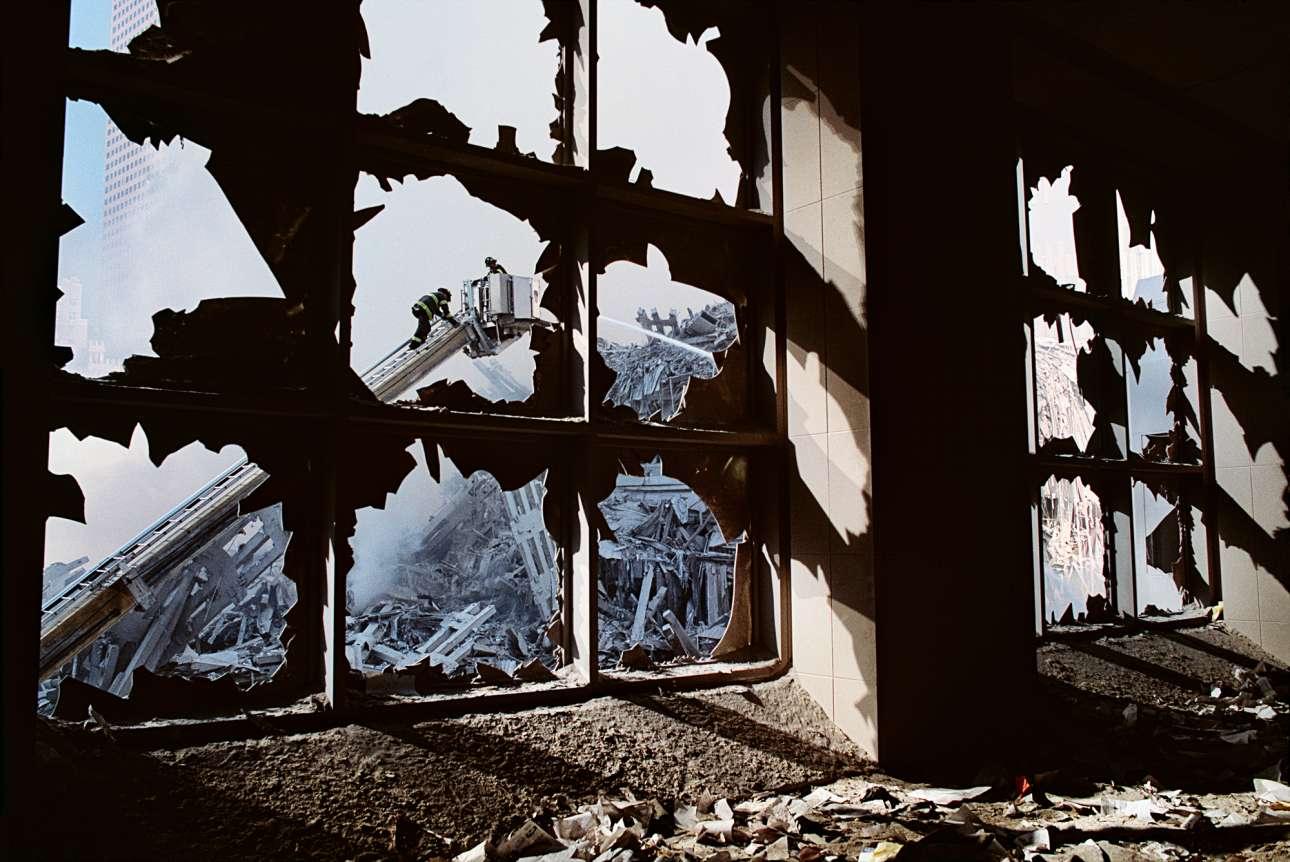 Πυροσβέστες καθαρίζουν τα συντρίμμια του Παγκόσμιου Κέντρου Εμπορίου, μετά την επίθεση στους Δίδυμους Πύργους της Νέας Υόρκης, το 2001
