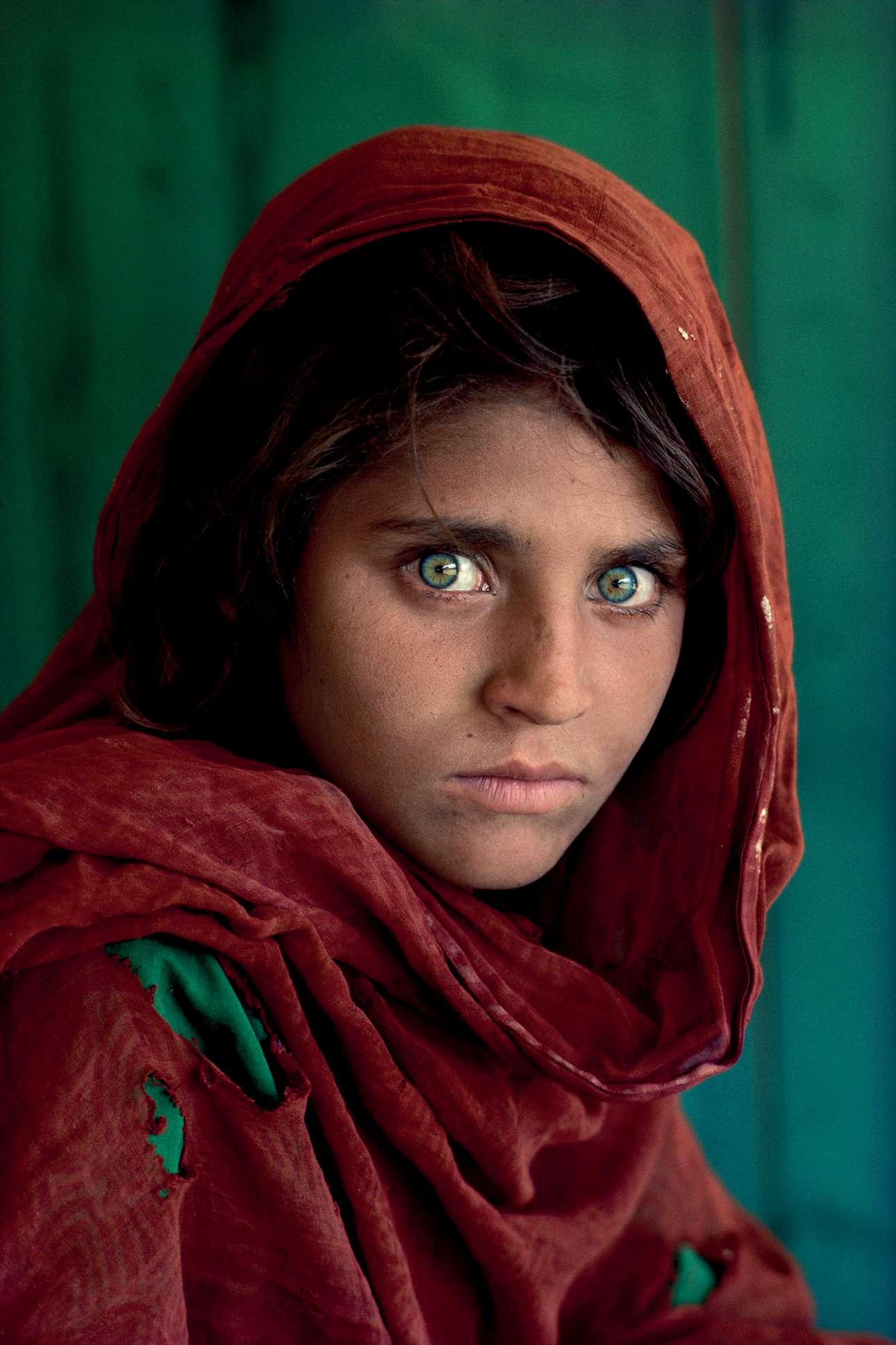 Από τις πιο εμβληματικές εικόνες του Μακ Κάρι, «Το Κορίτσι του Αφγανιστάν»: η δεκάχρονη Σαρμπάτ Γκούλα με το διαπεραστικό βλέμμα -πρόσφυγας που συνάντησε ο Μακ Κάρι σε καταυλισμό του Πακιστάν- έγινε σύμβολο του υπό σοβιετική κατοχή Αφγανιστάν και εξώφυλλο του National Geographic, το 1984