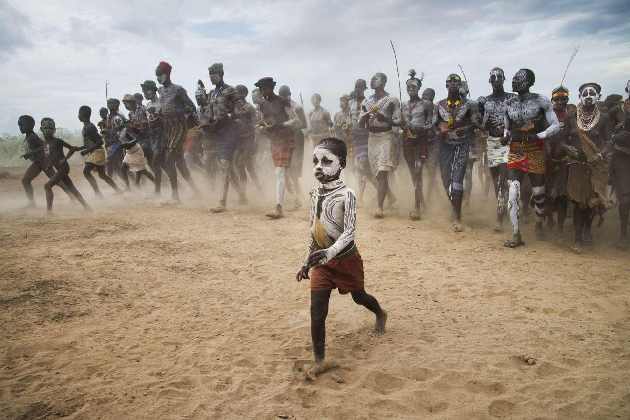 Το 2012 ο αμερικανός φωτογράφος επισκέφθηκε την απομακρυσμένη Κοιλάδα Ομο στην Αιθιοπία μετά από πρόσκληση της φιλανθρωπικής οργάνωσης Omo Child, για να απαθανατίσει τα παιδιά «Mingi», τα παιδιά που η φυλή τους θεωρεί καταραμένα και είτε τα σκοτώνει είτε τα αφήνει μόνα τους στην έρημο να πεθάνουν. Οι συγκλονιστικές εικόνες του καταγράφουν το σημαντικό έργο που προσφέρει η οργάνωση γαι την προστασία τους, αλλά και έναν άγνωστο κόσμο της Αφρικής
