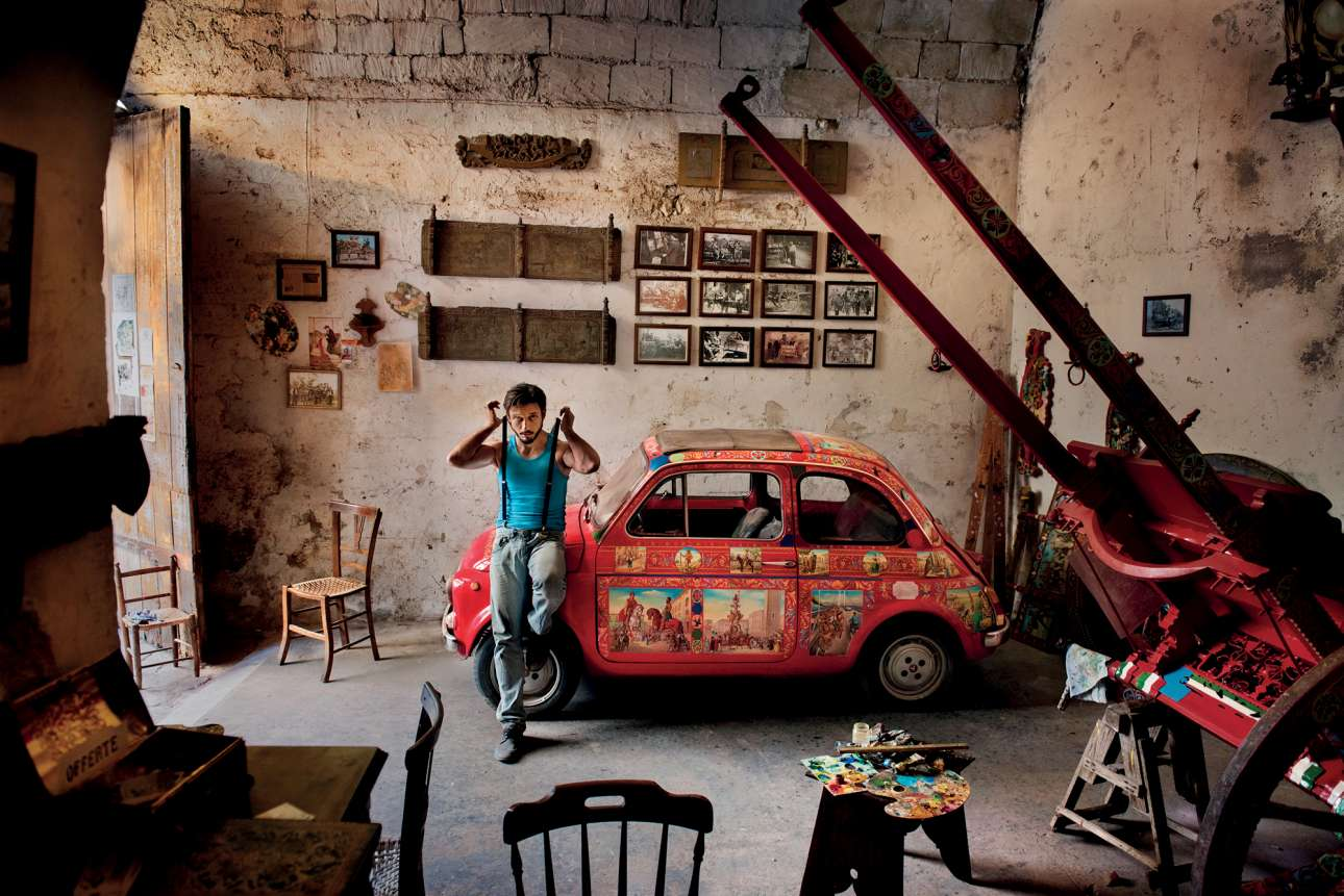 Ανδρας ποζάρει δίπλα στο αγαπημένο του αυτοκίνητο, στο χωριό Ραγκούσα της Σικελίας, το 2017