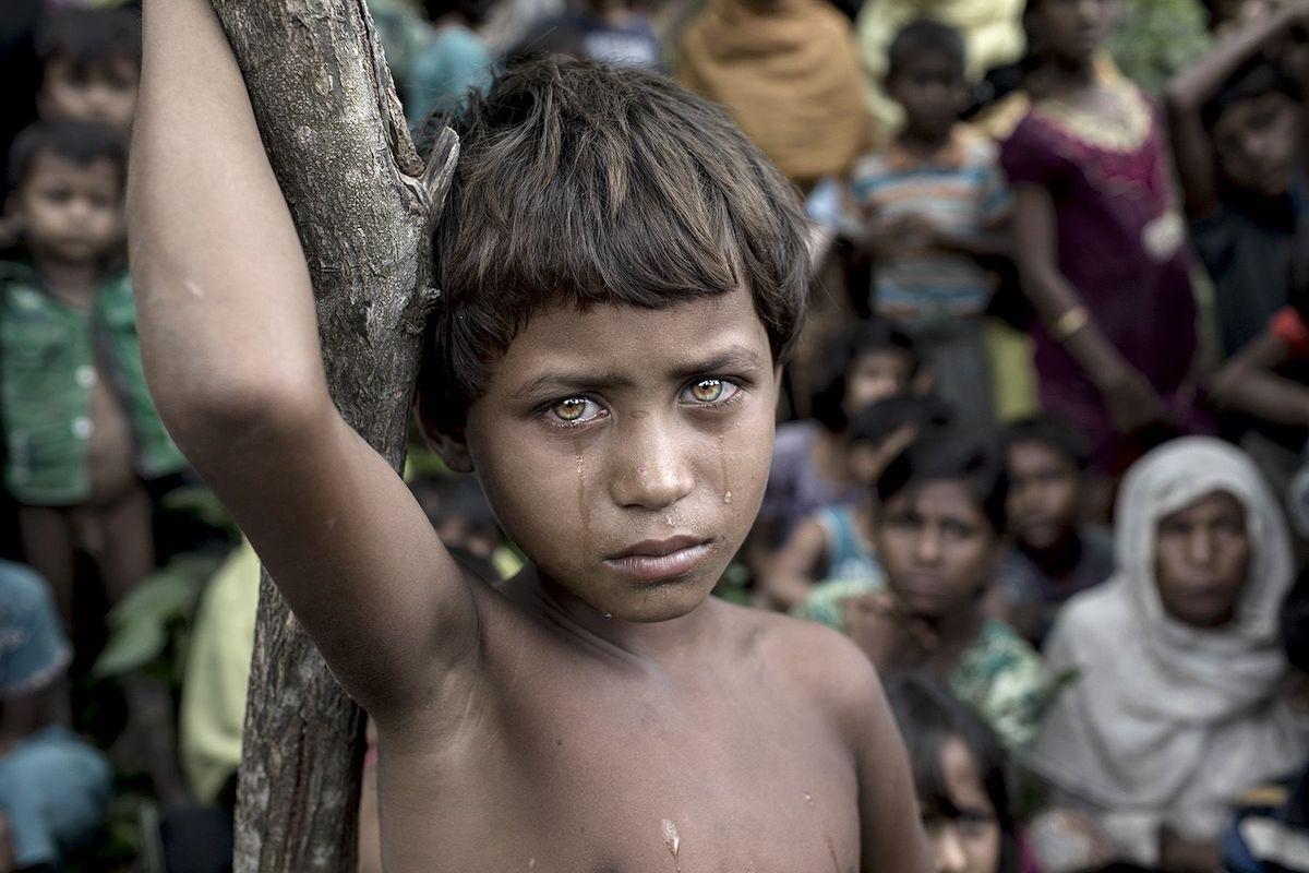 Μεγάλο βραβείο. Ενα προσφυγόπουλο Ροχίνγκια με δάκρυα στα μάτια μόλις έχει φτάσει σε καταυλισμό του Μπανγκλαντές από τη Μιανμάρ