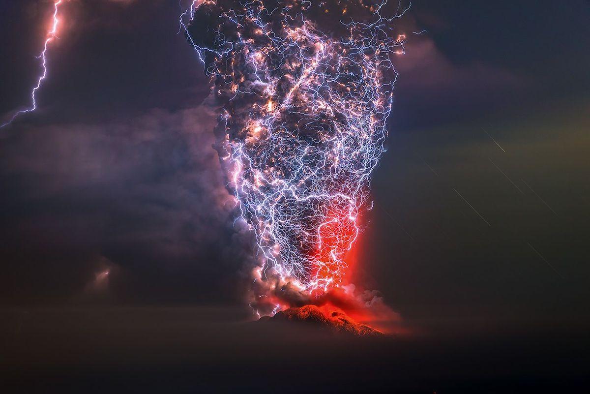 Βραβείο στην κατηγορία Ομορφιά της Φύσης. Εκπληκτική λήψη από νυχτερινή έκρηξη του ηφαιστείου Καλμπούκο στην Χιλή