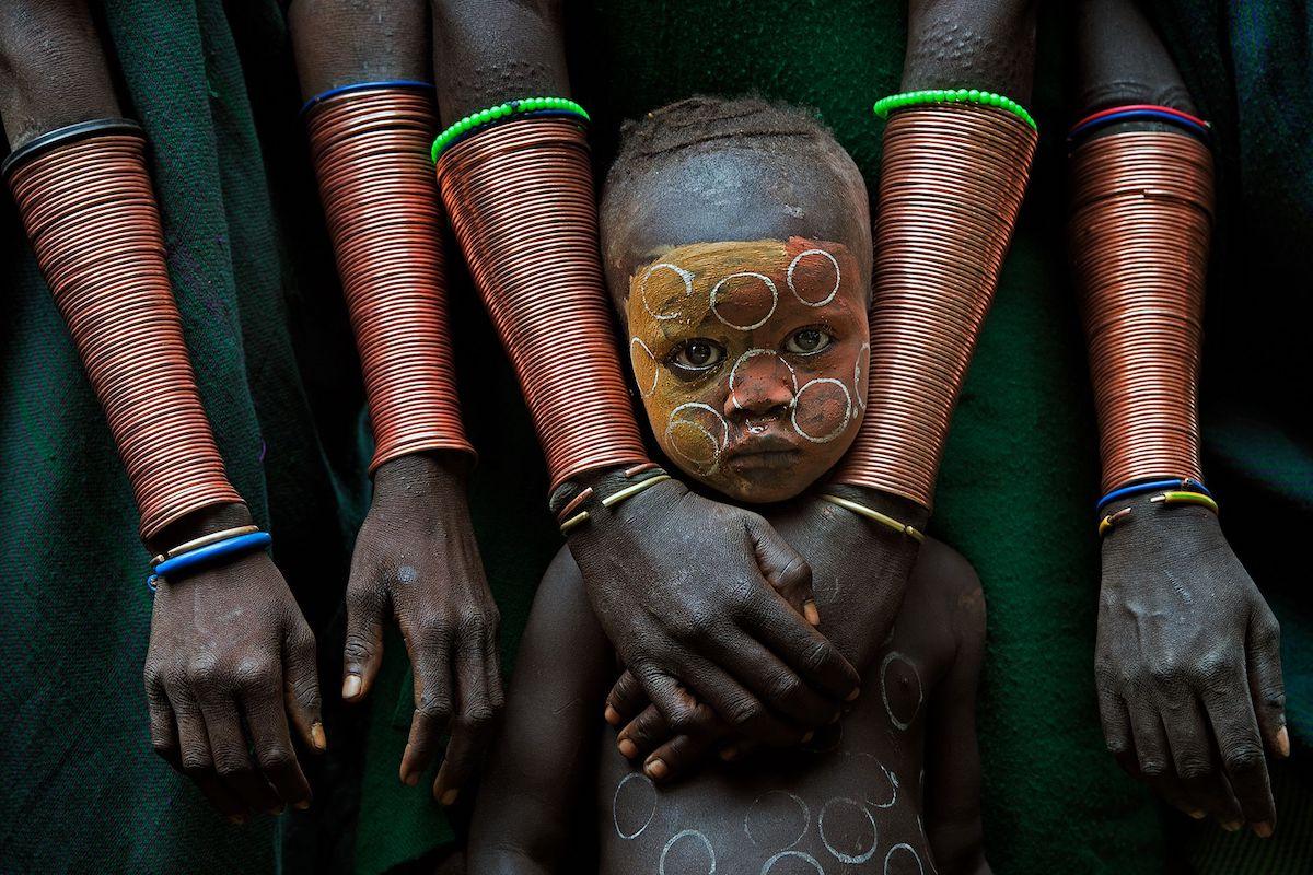 Βραβείο στην κατηγορία Συναρπαστικά Πρόσωπα και Χαρακτήρες. Στην Αιθιοπία τα παιδιά της φυλής Σούρι προστατεύονται υπερβολικά από τις οικογένειες τους καθώς θεωρούνται η ελπίδα και οι κληρονόμοι του πολιτισμού της φυλής. Ωστόσο η υπερπροστασία έχει ως αποτέλεσμα να περιθωριοποιεί και να απομακρύνει τη νέα γενιά από τον κόσμο