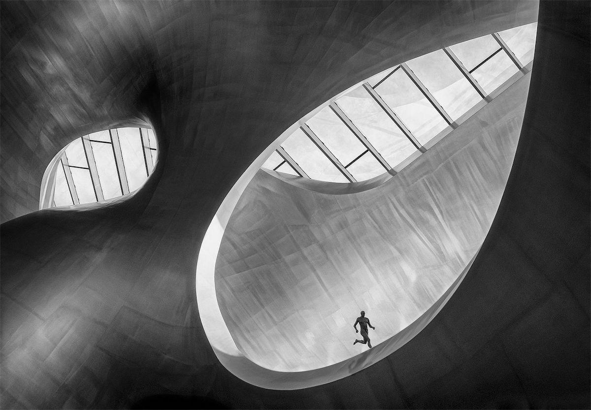 Βραβείο στην κατηγορία Ασπρόμαυρο. Η παραπάνω εικόνα αναδεικνύει την σύγχρονη αρχιτεκτονική του Κεντρικού Σταθμού του Αρνεμ, στην Ολλανδία, επιλέγοντας ασπρόμαυρο και την κίνηση του δρομέα σε μία στατική σκηνή