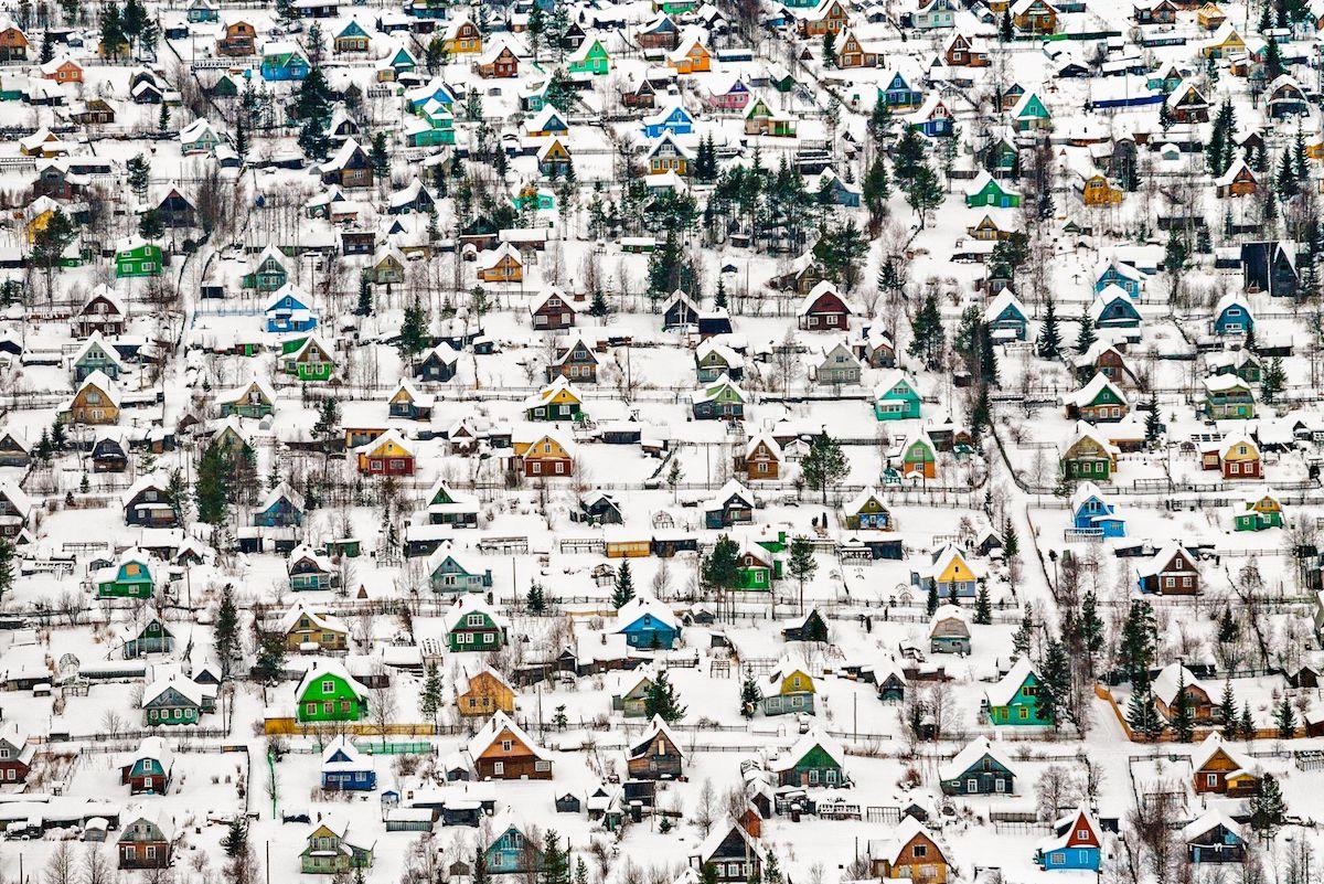 Βραβείο στην κατηγορία Αρχιτεκτονική και Αστικοί Χώροι. «Παιχνιδόσπιτα»: τα χρωματιστά σπιτάκια του Αρχάγγελσκ στη Ρωσία έρχονται σε αντίθεση με το κατάλευκο χιόνι, δημιουργώντας μία παραμυθένια εικόνα