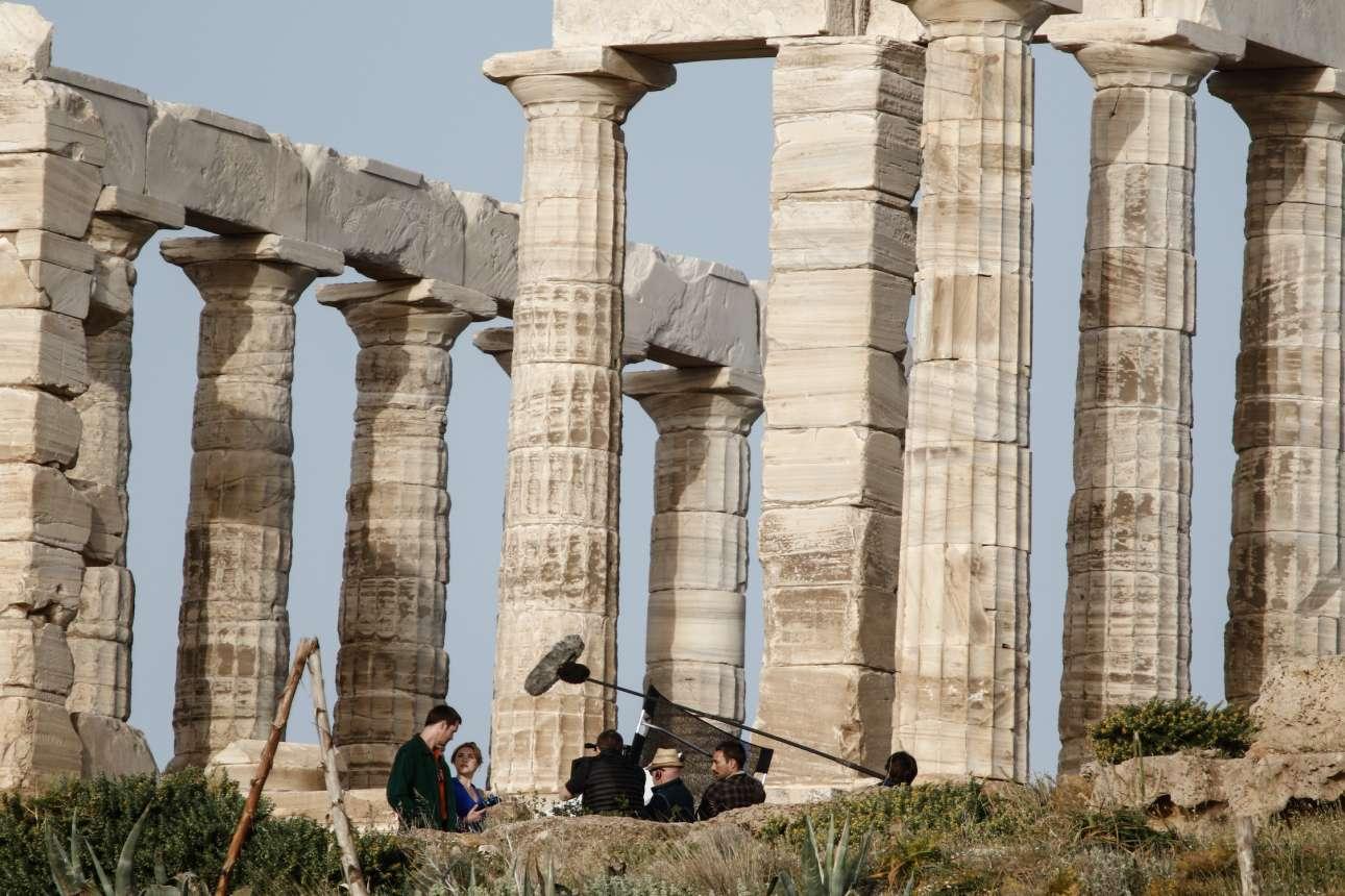 12 Απριλίου. Ο διάσημος νοτιοκορεάτης σκηνοθέτης Παρκ Τσαν Γουκ στον Ναό του Ποσειδώνος στο Σούνιο για τα γυρίσματα της σειράς «Μικρή τυμπανίστρια» του BBC, με πρωταγωνιστές τους ηθοποιούς Μάικλ Σάνον και Αλεξάντερ Σκάρσγκαρντ