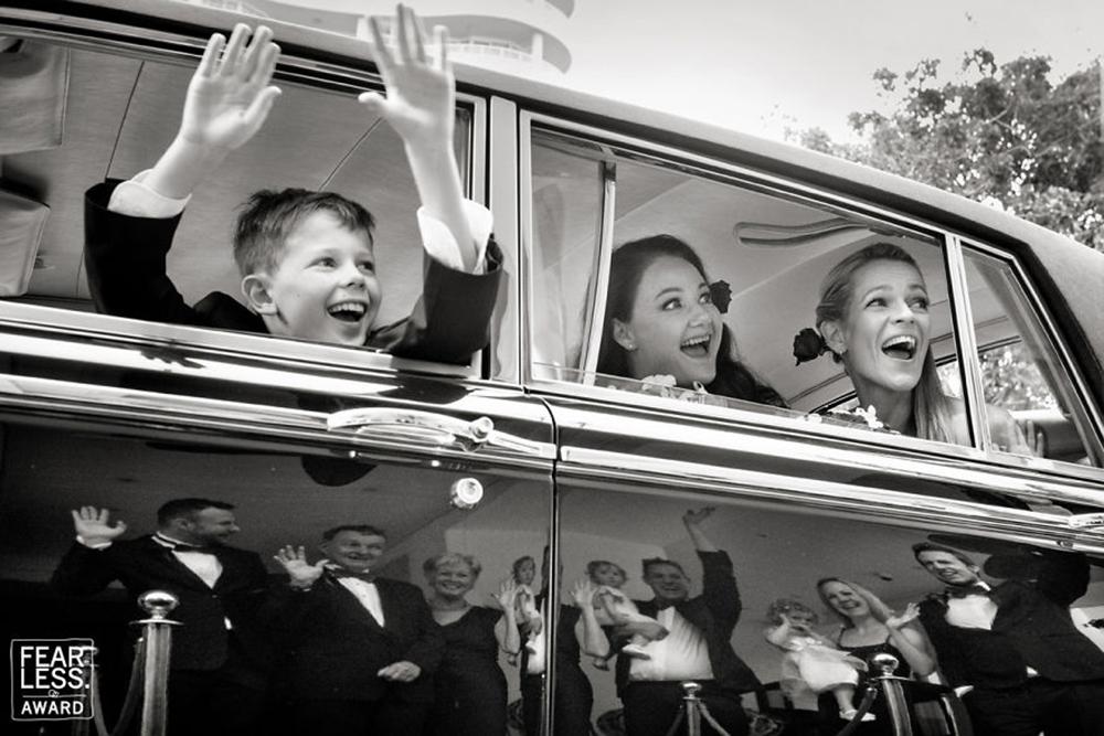 Αυτοί που φεύγουν και αυτοί που μένουν... χαιρετούν, σε μία εικόνα με εντυπωσιακή σύνθεση