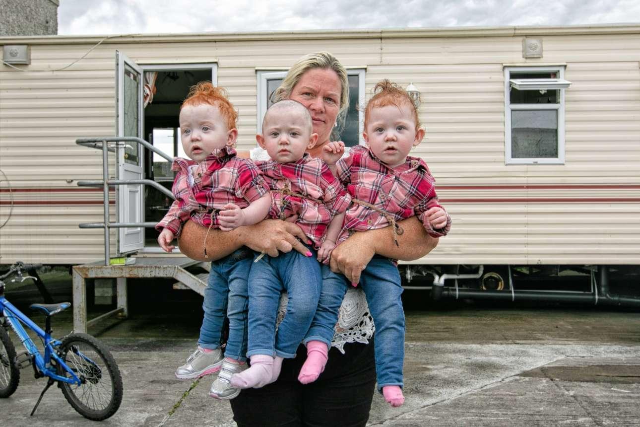 Ιρλανδοί ταξιδιώτες στο Γκόλγουεϊ: τρίδυμα δέκα μηνών και η μητέρα τους