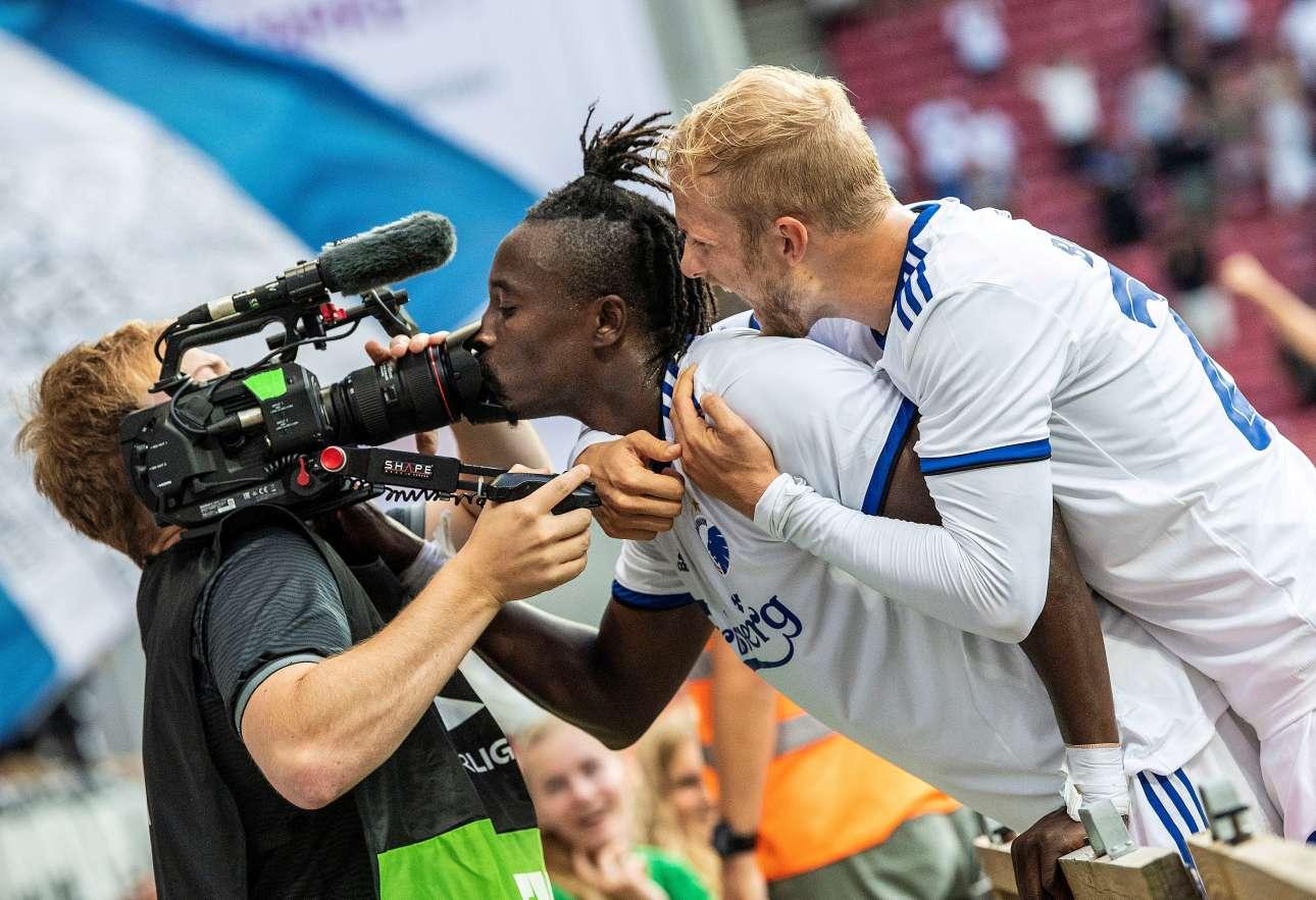 17 Αυγούστου. Ο παίκτης της Κοπεγχάγης Νταμ Ν'Ντόι πανηγυρίζει το δεύτερο γκολ εναντίον της ΤΣΣΚΑ Σόφιας, στον τρίτο προκριματικό γύρο για το Europa League, δίνοντας ένα «ρουφηχτό φιλί» στην κάμερα