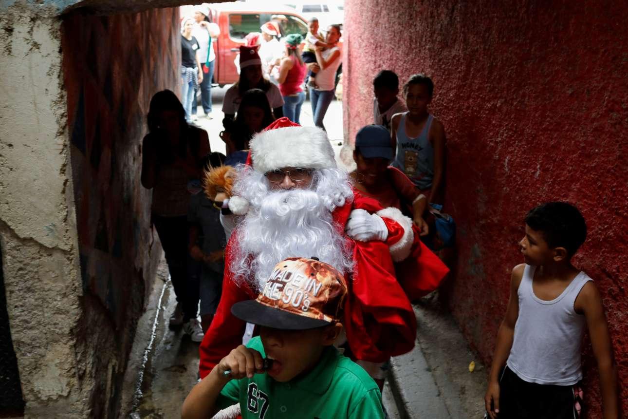 Ο Ρίτσαρντ Γκαμπόα ντυμένος Αη-Βασίλης δίνει δώρα στα παιδιά στο Καράκας της Βενεζουέλας