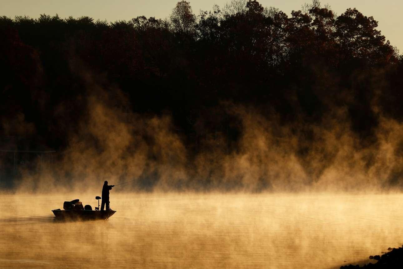 Δευτέρα, 3 Δεκεμβρίου, ΗΠΑ. Ανδρας ψαρεύει στη λίμνη Νόρμαν, στη Βόρεια Καρολίνα