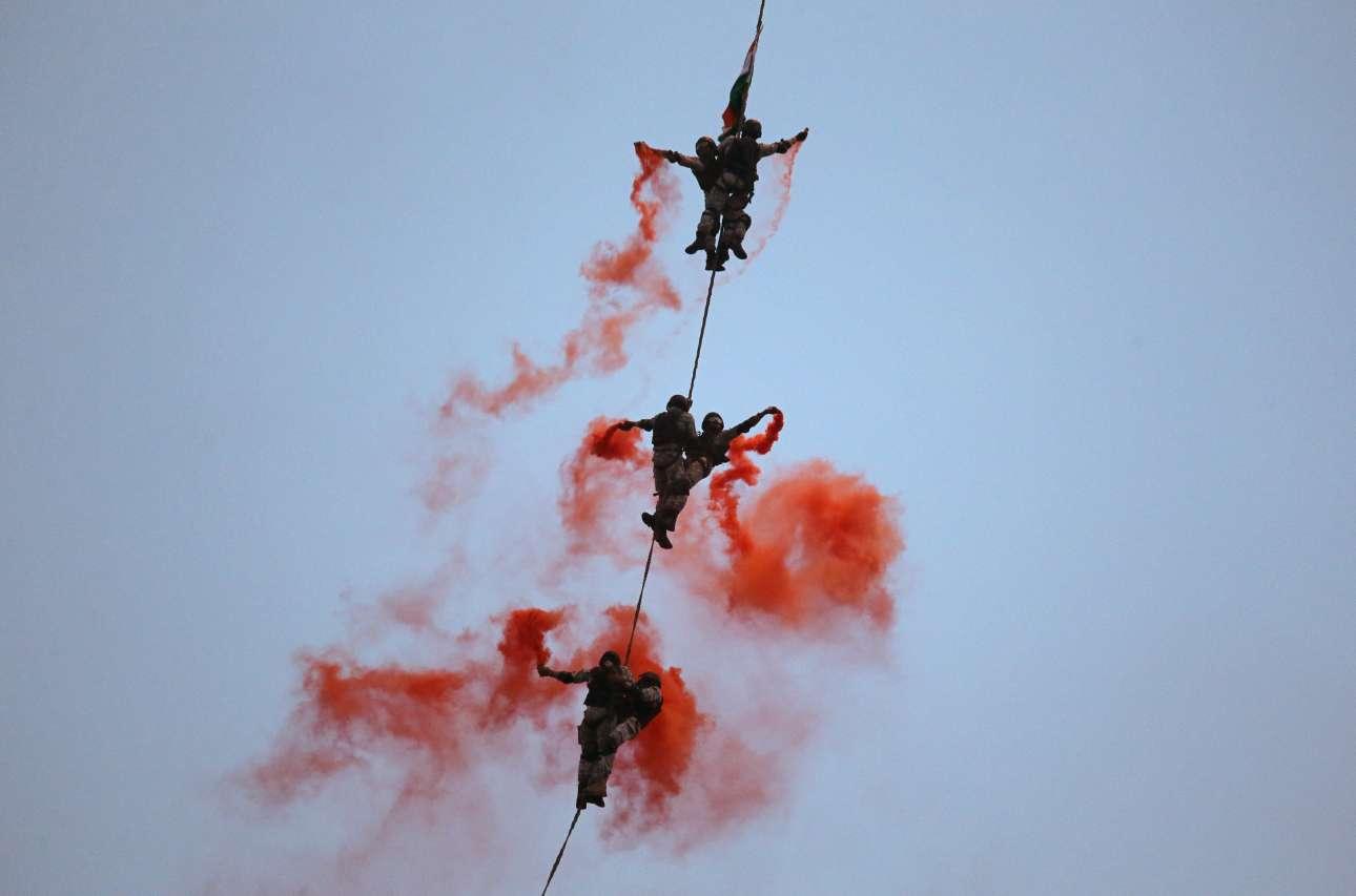 Δευτέρα, 3 Δεκεμβρίου, Ινδία. Στρατιώτες συμμετέχουν σε πρόβες στο Μουμπάι για τις εκδηλώσεις με αφορμή την ημέρα εορτασμού του Πολεμικού Ναυτικού