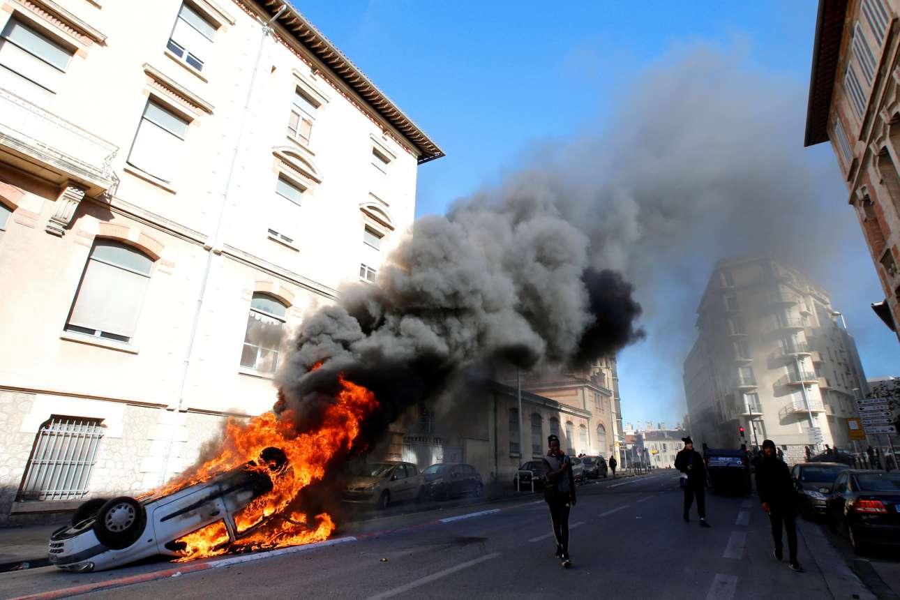 Πέμπτη, 6 Δεκεμβρίου, Γαλλία. Ένα αυτοκίνητο έχει τυλιχθεί στις φλόγες κατά τη διάρκεια συγκρούσεων μεταξύ μαθητών και αστυνομικών δυνάμεων στη Μασσαλία. Οι μαθητές αντιδρούν στις μεταρρυθμίσεις της γαλλικής κυβέρνησης