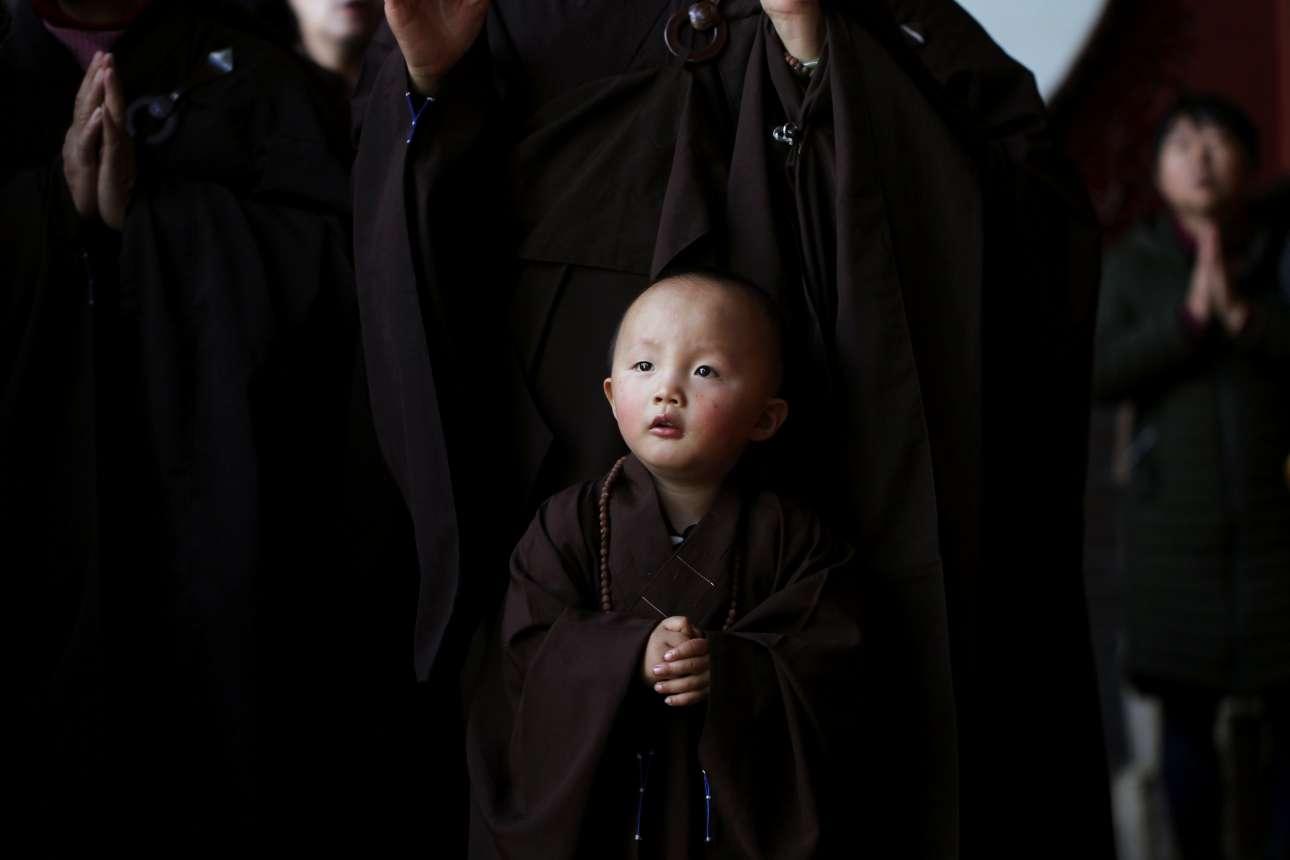 Δευτέρα, 10 Δεκεμβρίου, Κίνα. Mικρός βουδιστής μοναχός παρακολουθεί τελετή σε ναό της Yiliang, στη Γιουνάν