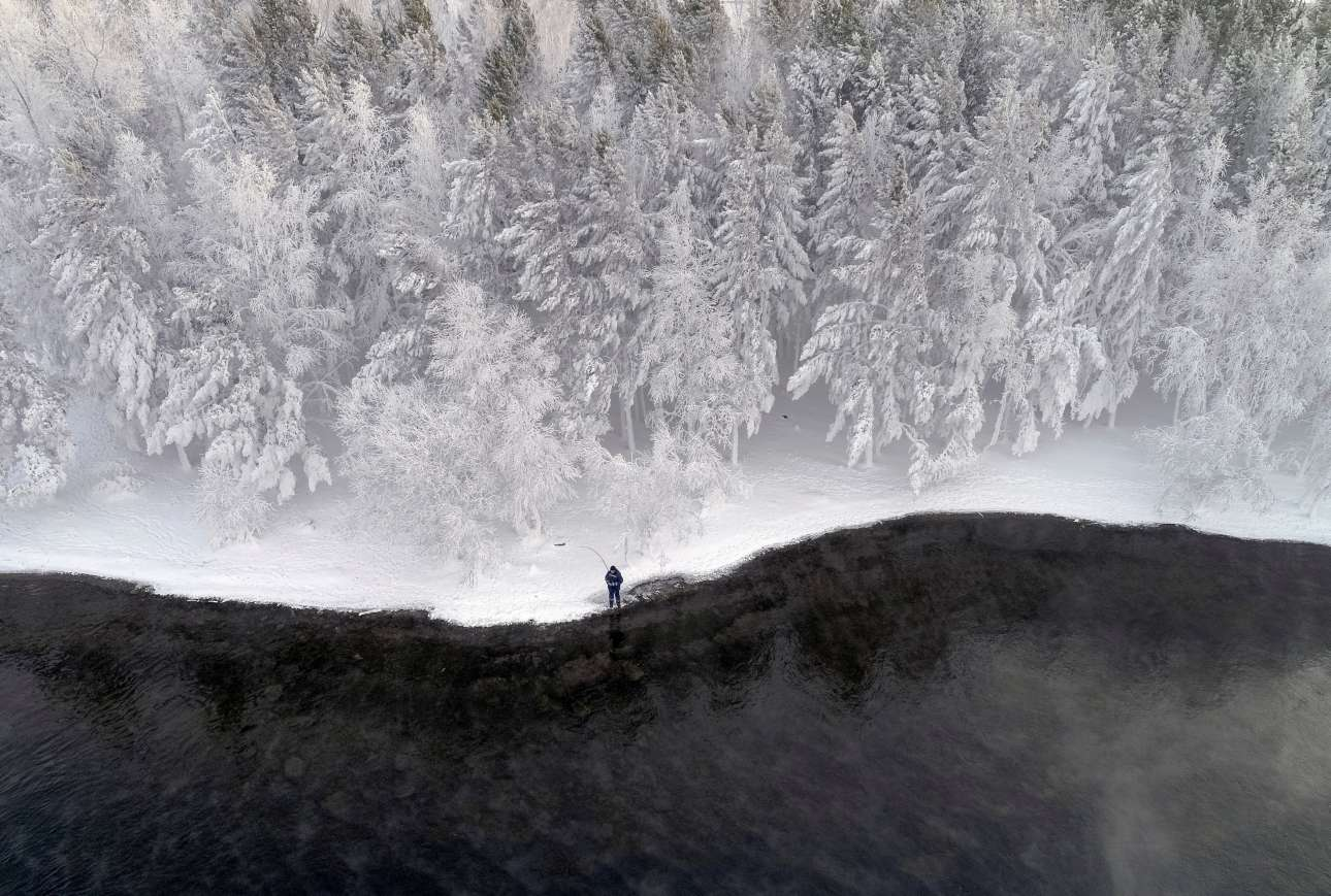 Δεύτερα, 10 Δεκεμβρίου, Ρωσία. Ψάρεμα σε ένα πανέμορφο ολόλευκο τοπίο στον ποταμό Γενισέι, στο Κρασνογιάρσκ