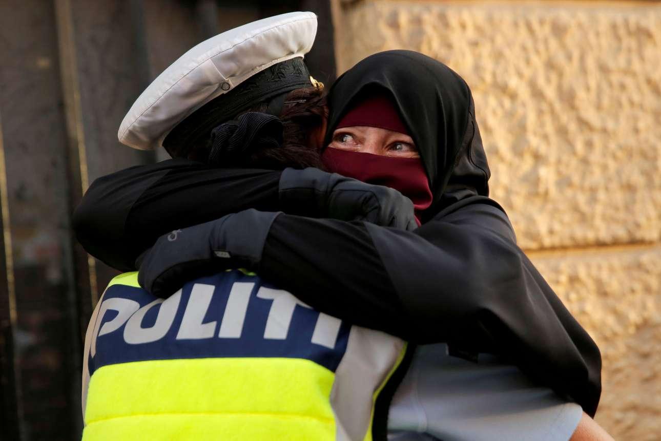 1 Αυγούστου. Η 37χρονη Ανια φορώντας νικάμπ αγκαλιάζει συγκινημένη μία αστυνομικό, σε διαδήλωση κατά του νόμου που απαγορεύει την μπούρκα και το νικάμπ σε δημόσιους χώρους, στην Κοπεγχάγη