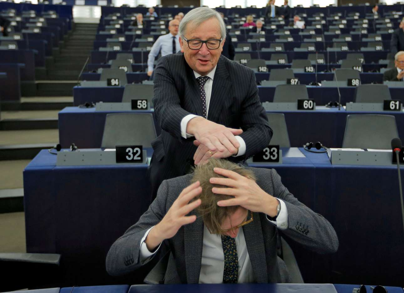 6 Φεβρουαρίου. Ο πρόεδρος της Ευρωπαϊκής Επιτροπής Ζαν-Κλοντ Γιούνκερ αστειεύεται με τον επικεφαλής διαπραγματευτή του Ευρωπαϊκού Κοινοβουλίου για το Brexit Γκι Φέρχοφσταντ, στο Ευρωπαϊκό Κοινοβούλιο στο Στρασβούργο