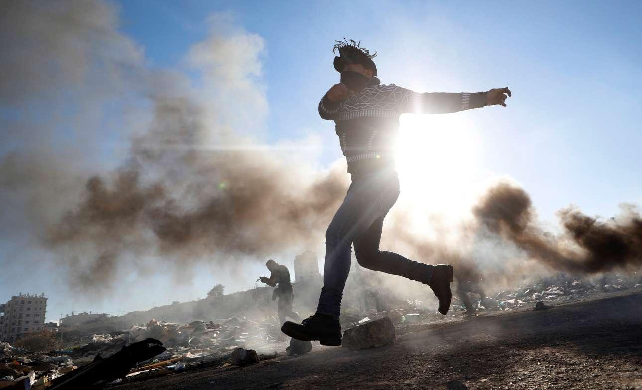 Πέμπτη, 13 Δεκεμβρίου, Δυτική Οχθη. Παλαιστίνιος πετά πέτρες σε ισραηλινά στρατεύματα κοντά στον εβραϊκό οικισμό Beit El που βρίσκεται κοντά στην πόλη Ραμάλα