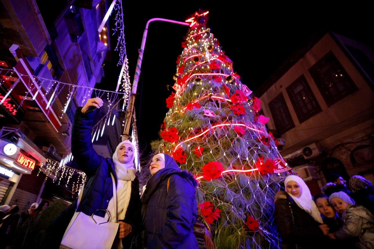 Σέλφι μπροστά από το χριστουγεννιάτικο δέντρο στη Δαμασκό, Συρία