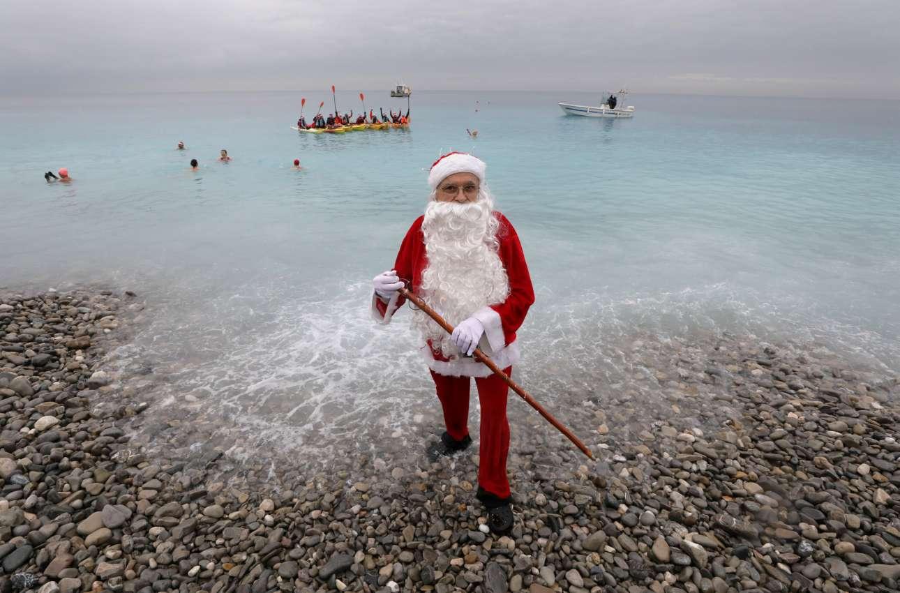 Στιγμιότυπο από τον παραδοσιακό χριστουγεννιάτικο αγώνα κολύμβησης που διοργανώνεται στη Νίκαια της Γαλλίας