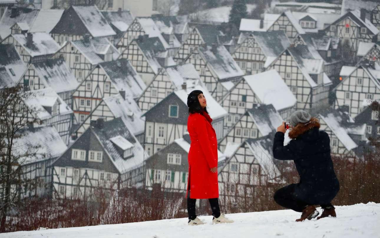 Δευτέρα, 17 Δεκεμβρίου, Γερμανία. Μια πόζα με φόντο τις χιονισμένες σκεπές των σπιτιών στο παλιό τμήμα της μεσαιωνικής πόλης Freudenberg, στη Βόρεια Ρηνανία-Βεστφαλία