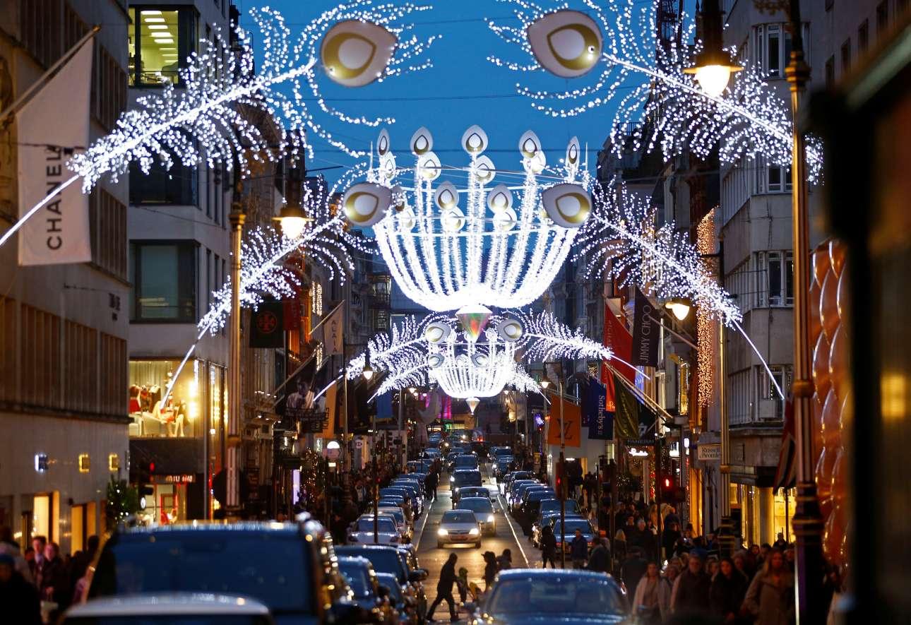 Υπέροχα φώτα σε σχήμα φτερών παγωνιού στολίζουν την περίφημη Μποντ Στριτ στο Λονδίνο