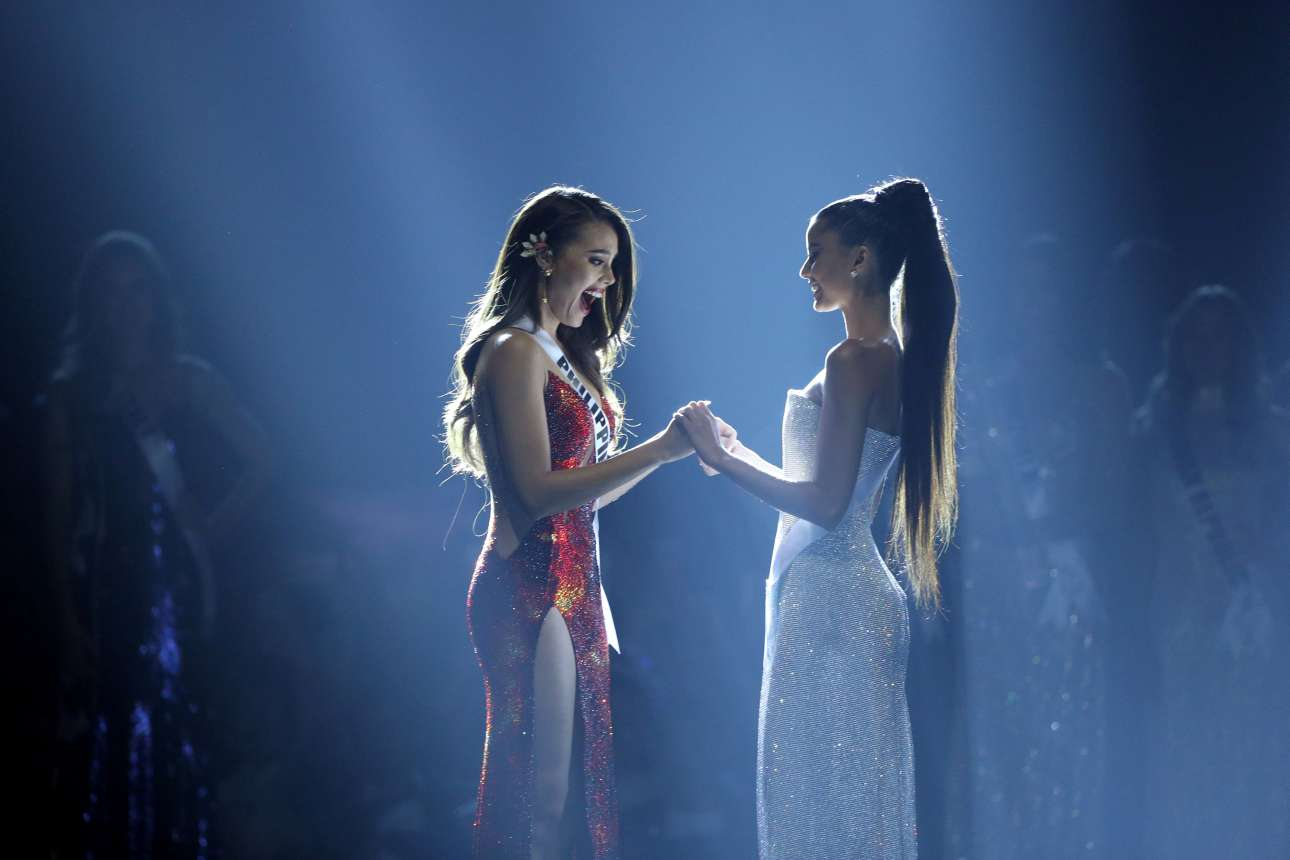 Δευτέρα, 17 Δεκεμβρίου, Ταϊλάνδη. Η Μις Φιλιππίνες Κατριόνα Ελίζα Γκρέι (αριστερά) με την Μις Νότια Αφρική Ταμαρίν Γκριν (δεξιά) στο διαγωνισμό Μις Υφήλιος 2018 της Μπανγκόκ, όπου η 24χρονη από τις Φιλιππίνες αναδείχθηκε νικήτρια