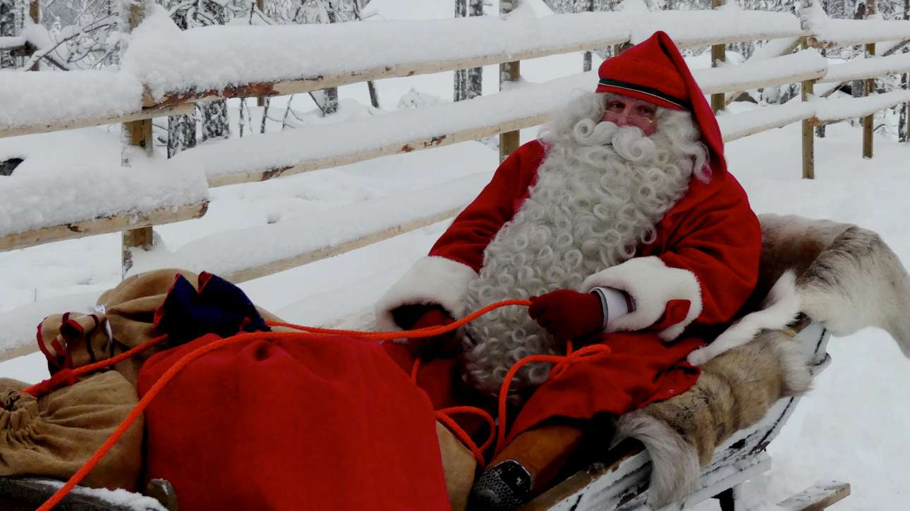 Ενας πολύ πετυχημένος Αϊ-Βασίλης κάνει έλκυθρο έξω από το Ροβανιέμι, γνωστό και ως το «χωριό του Αγιου Βασίλη, στη Φινλανδία