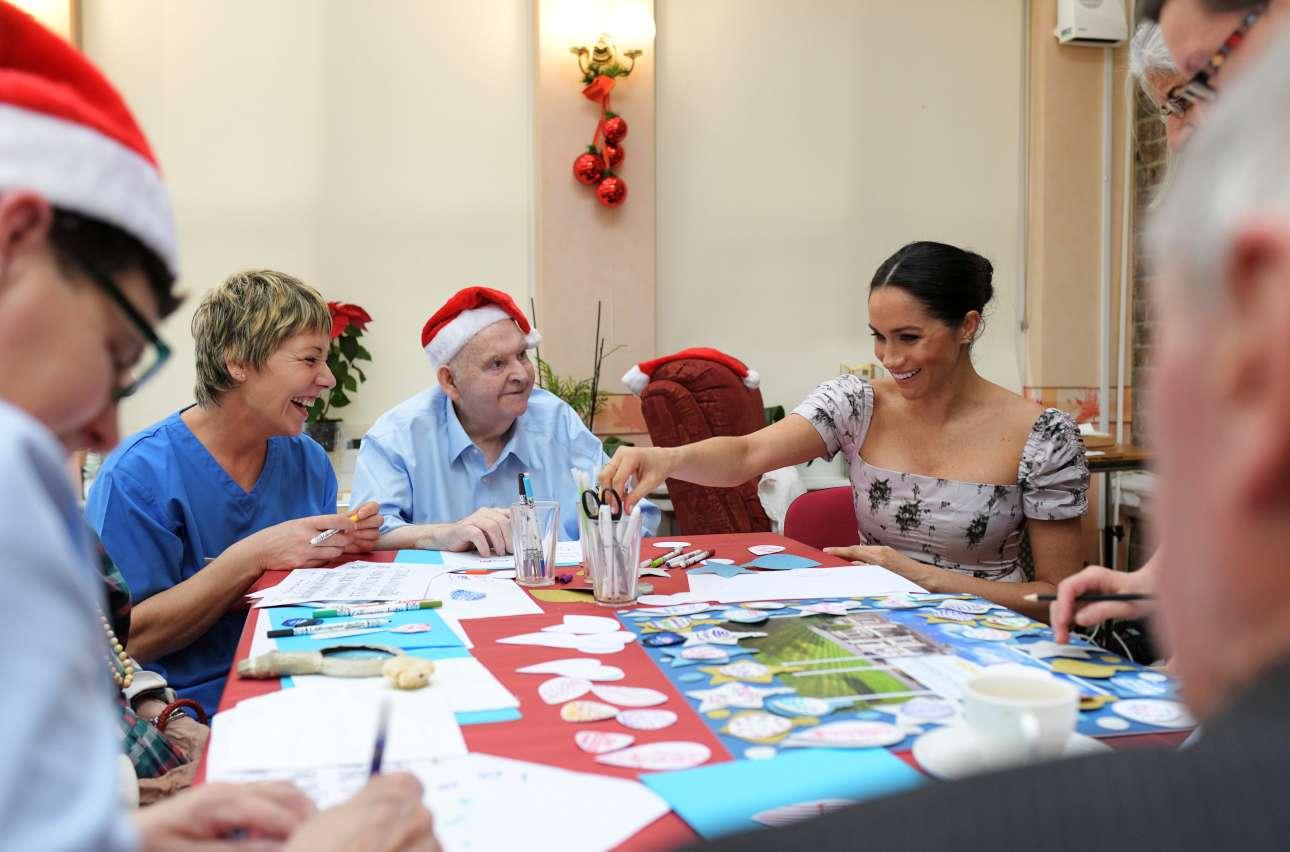 Τρίτη, 18 Δεκεμβρίου, Βρετανία. H Μέγκαν Μαρκλ μοιράζει χαρά σε ηλικιωμένους κατά την επίσκεψή της στο κέντρο φροντίδας Royal Variety Charity στο δυτικό Λονδίνο