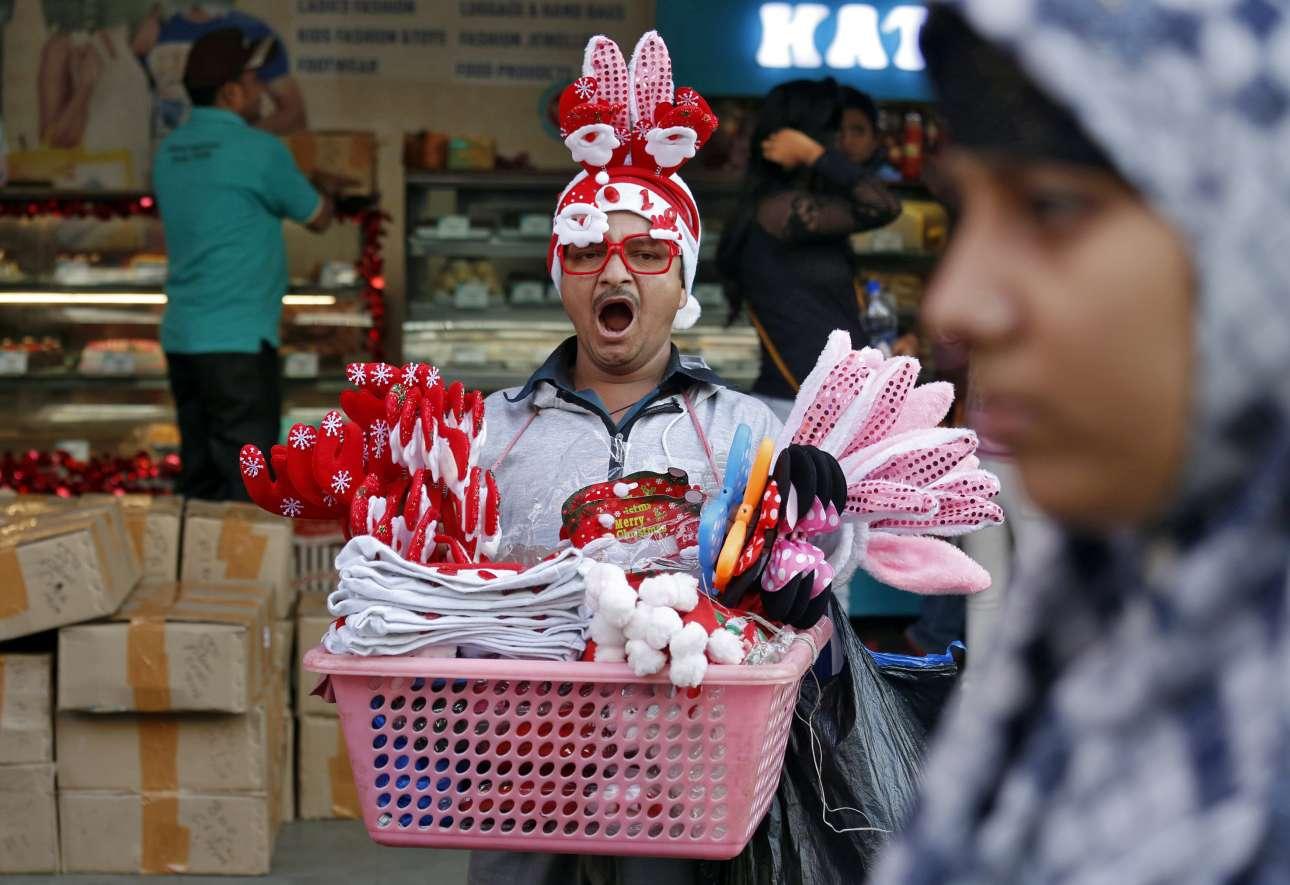 Τετάρτη, 19 Δεκεμβρίου, Ινδία. Ενας πλανόδιος πουλά χριστουγεννιάτικα παιχνίδια σε δρόμο της Καλκούτα
