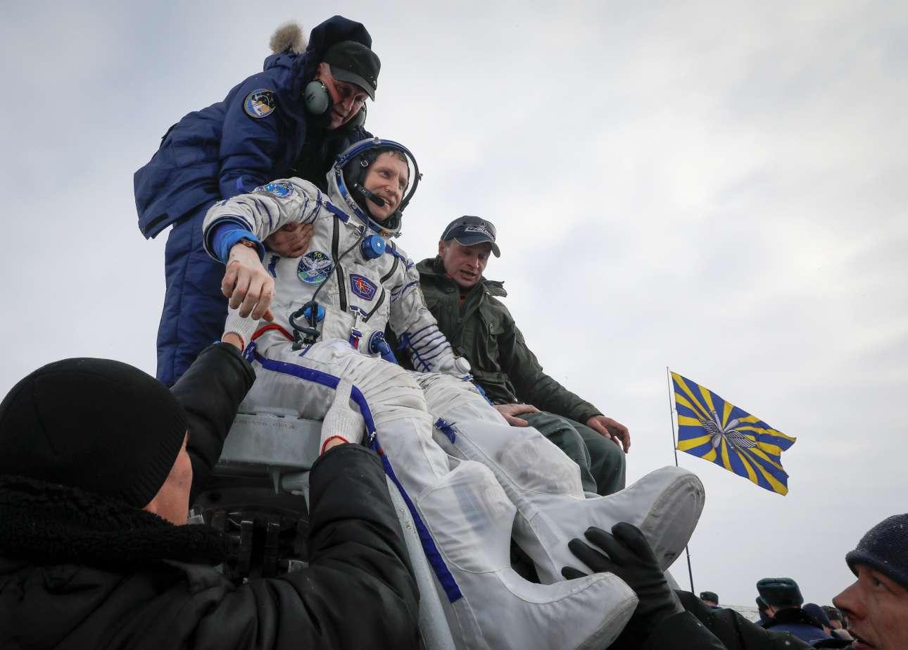 Πέμπτη, 20 Δεκεμβρίου, Καζακστάν. Επιστροφή στη Γη. Ο ρώσος κοσμοναύτης Σεργκέι Προκόπιεφ χρειάζεται βοήθεια για να αποβιβαστεί από το Σογιούζ MS-09 έπειτα από την προσεδάφισή του στην απομακρυσμένη πόλη Τζεζκαζγκάν, στο Καζακστάν. Ο Προκόπιεφ είχε αναχωρήσει πριν από έξι μήνες για τον Διεθνή Διαστημικό Σταθμό μαζί με τον γερμανό αστροναύτη Αλεξάντερ Γκερστ και την αμερικανίδα ιατρό Σερένα Αουνιόν Σάνσελορ