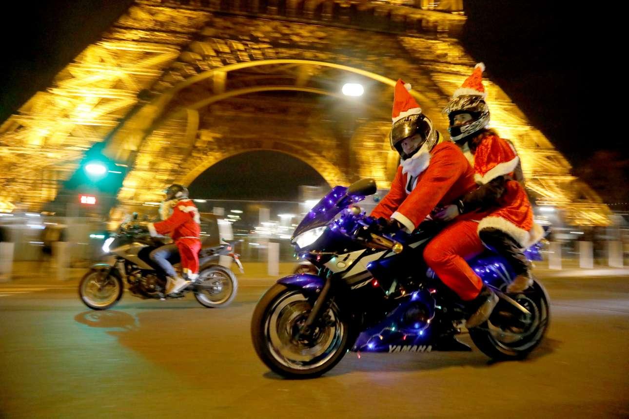 Παρασκευή, 21 Δεκεμβρίου, Γαλλία. Δικυκλιστές φορώντας στολή του Άγιου Βασίλη παίρνουν μέρος στην ετήσια χριστουγεννιάτικη παρέλαση «Carabalade» στο Παρίσι
