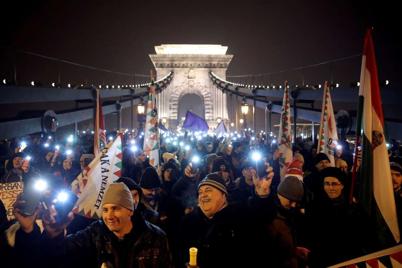 Παρασκευή, 21 Δεκεμβρίου, Ουγγαρία. Διαδηλωτές έχουν κατακλύσει τους δρόμους Βουδαπέστης διαμαρτυρόμενοι για την επικύρωση από τον πρόεδρο της χώρας, Γιάνος Αντερ, αντι-εργατικού νόμου της κυβέρνησης Ορμπαν, ο οποίος χαρακτηρίστηκε ως «νόμος δουλείας»