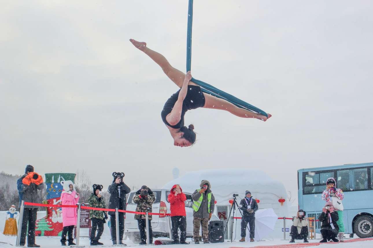 Σάββατο, 22 Δεκεμβρίου, Κίνα. Κόσμος παρακολουθεί διαγωνισμό pole dancing που διεξάγεται σε θερμοκρασίες υπό του μηδενός, στο Mohe της επαρχίας Χεϊλονγκτσιάνγκ