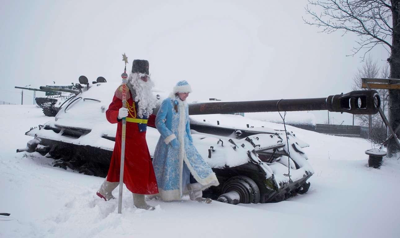 Αντρας ντυμένος ως Ντεντ Μορόζ (ο ρώσος Αϊ-Βασίλης) και μια γυναίκα ντυμένη ως Βασίλισσα του Χιονιού στο Γκορόσκι της Λευκορωσίας