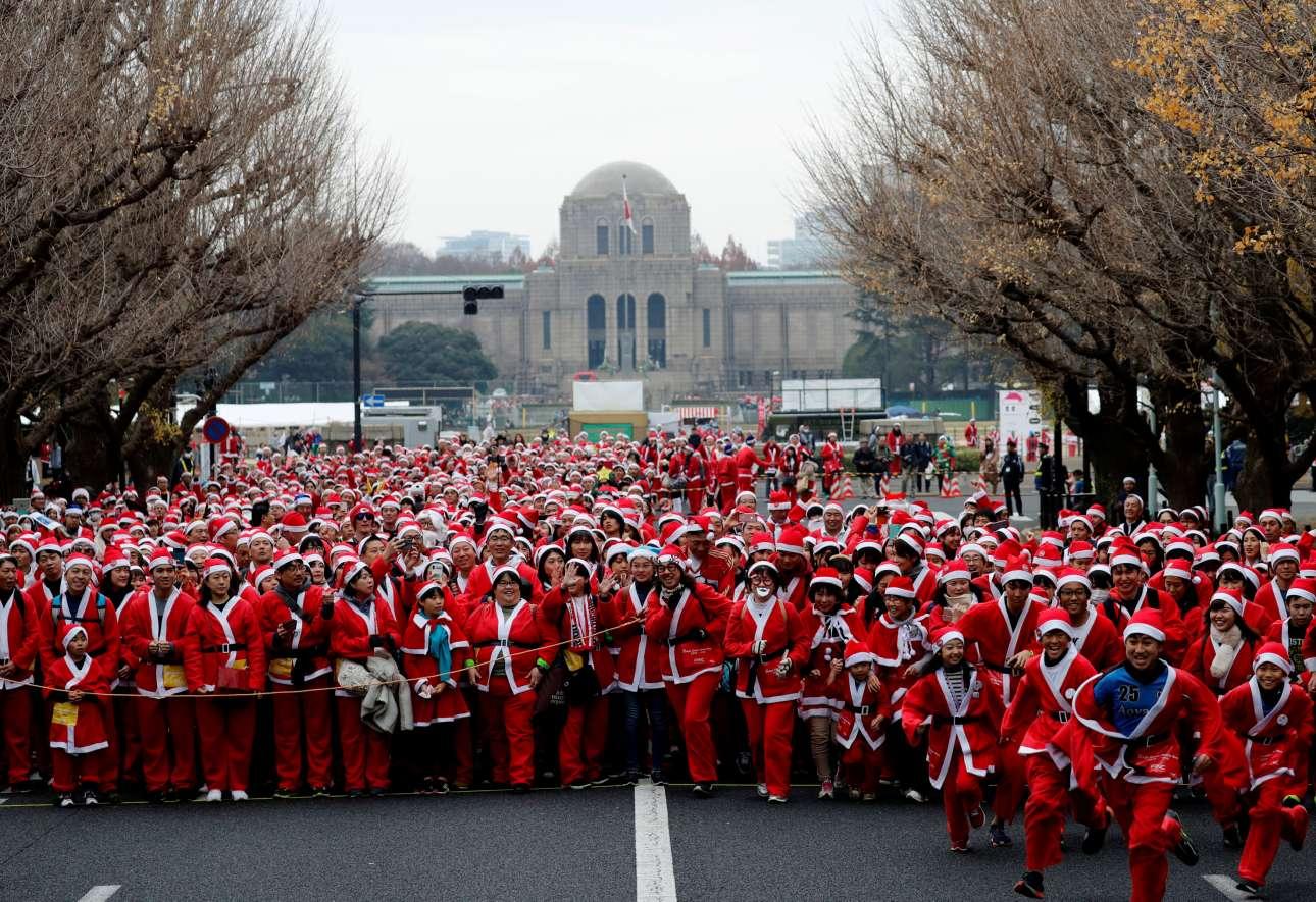 Δεκάδες Αγιοβασίληδες συμμετείχαν και φέτος στον παραδοσιακό μαραθώνιο Αγιοβασίληδων του Τόκιο