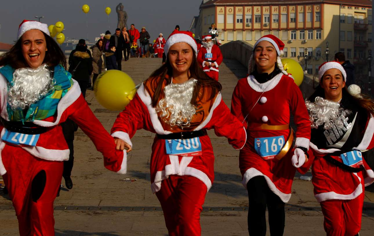 Τέσσερα κορίτσια ντυμένα Αγιοβασίληδες στον ετήσιο μαραθώνιο Αγιοβασίληδων στα Σκόπια