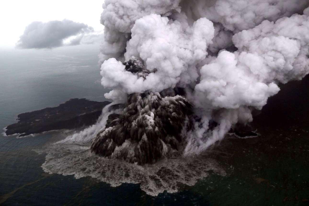 Δευτέρα, 24 Δεκεμβρίου, Ινδονησία. Αεροφωτογραφία από το ηφαίστειο Ανάκ Κρακατόα (Παιδί του Κρακατόα), σε έντονη δραστηριότητα