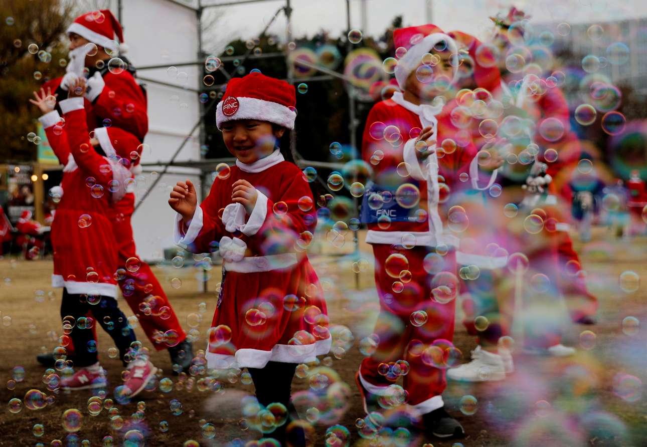 Παιδάκια ντυμένα Αγιοβασίληδες στον παραδοσιακό μαραθώνιο Αγιοβασίληδων του Τόκιο