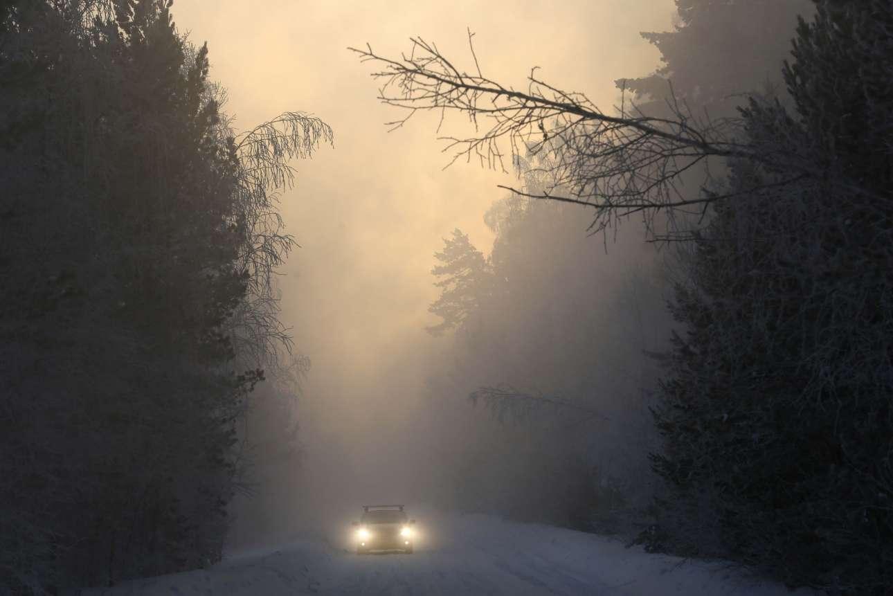 Δευτέρα, 24 Δεκεμβρίου, Ρωσία. Ενα αυτοκίνητο περνά από δάσος κωνοφόρων (τάιγκα), λίγο έξω από το Κρασνογιάρσκ, ενώ το θερμόμετρο δείχνει -31 βαθμούς Κελσίου